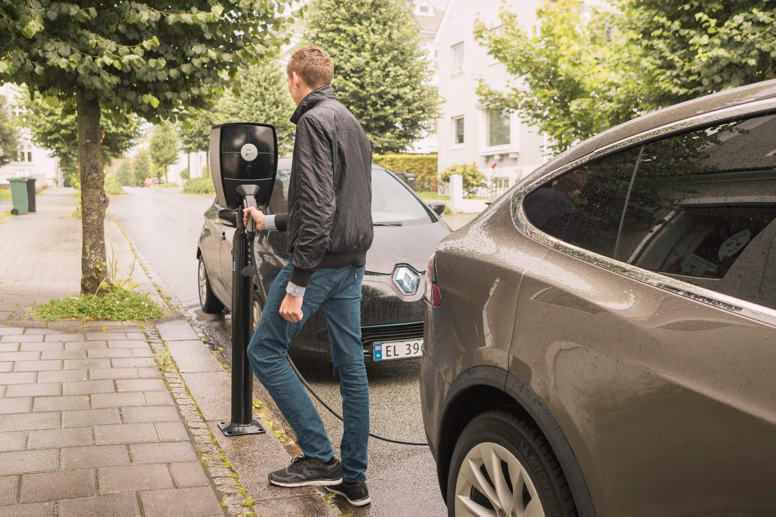 Lading av elbil på parkeringsplass ute med Zaptec, Renault Zoe