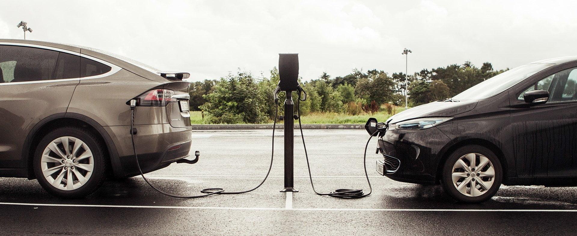 Tesla Model X og Renault Zoe tilkoblet ZAPTEC ladestasjon