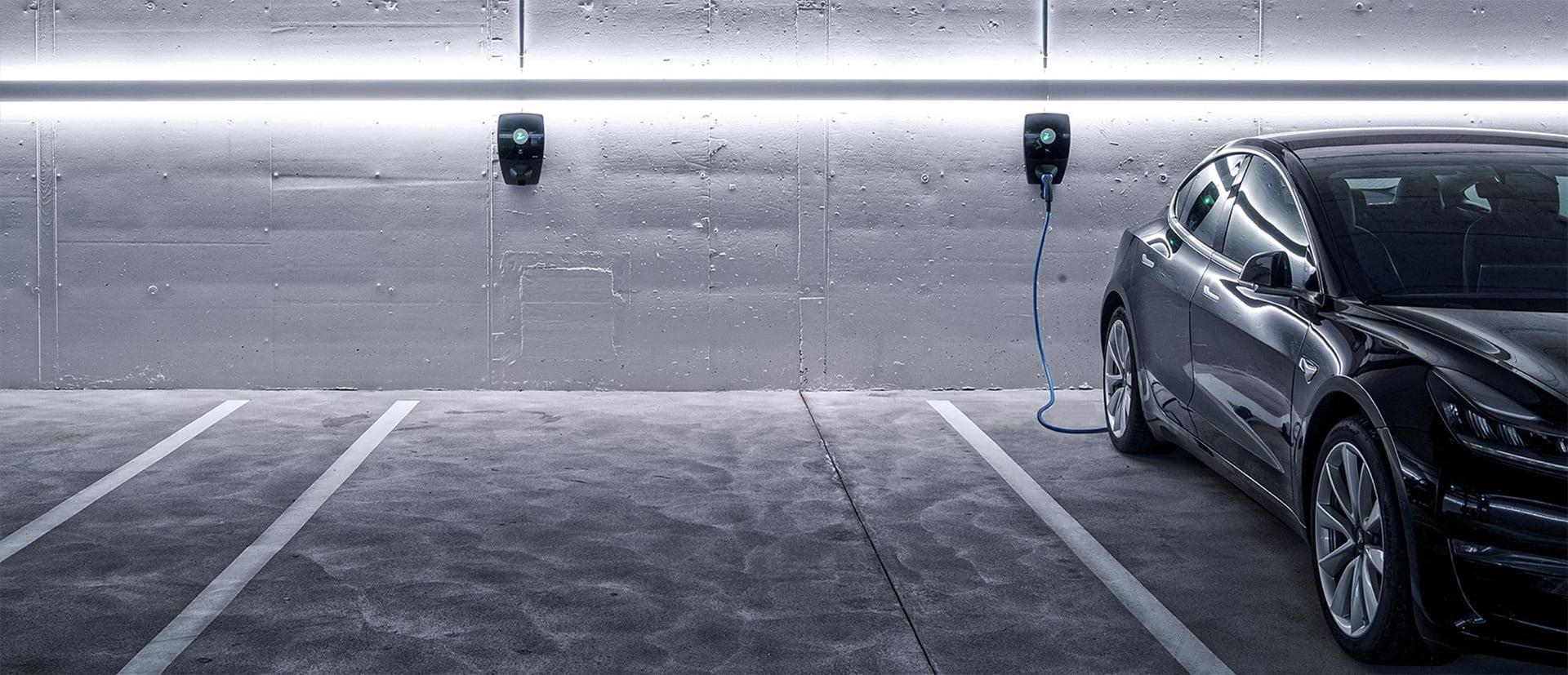 Elbil lader med ZAPTEC Pro ladestasjon i garasjeanlegg