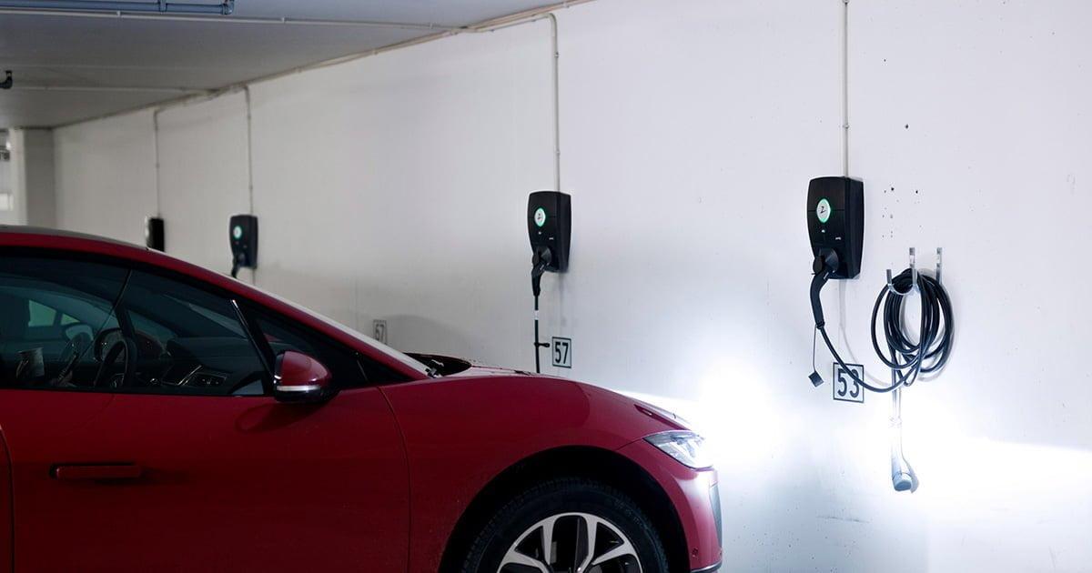 ZAPTEC Pro ladestasjon i garasjeanlegg med ladekabel tilkoblet